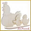 Kura i kurczaki stojące na podstawce