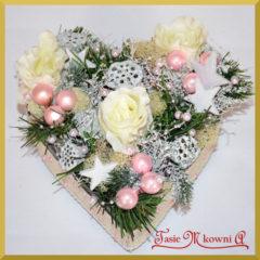 Jak wykonać bożonarodzeniowy stroik serce z różami?